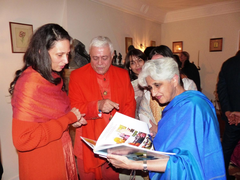 H.H. Jagat Guru Amrta Súryánanda Mahá Rája, Sv. Chandra Deví e Ms. Sujata Mehta, Secretária do Ministério dos Negócios Estrangeiros da Índia