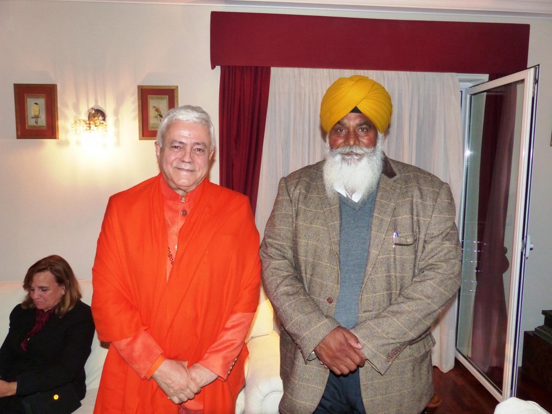 H.H. Jagat Guru Amrta Súryánanda Mahá Rája com representante da Comunidade Sikh de Portugal