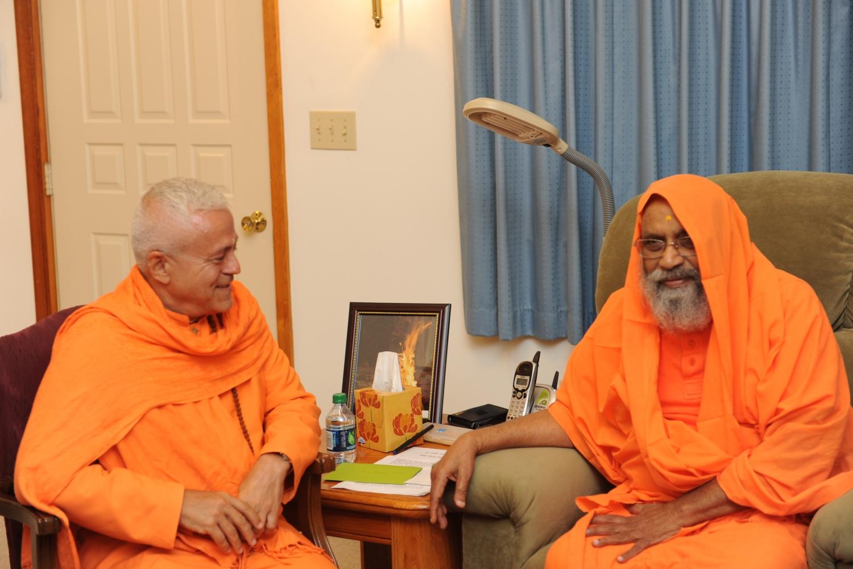 Encuentro de H.H. Jagat Guru Amrta Súryánanda Mahá Rája con H.H. Pujiya Svámin Dayánanda Sarasvatí - Svámin Dayánanda Áshrama, Pennsylvania - 2012, setiembre