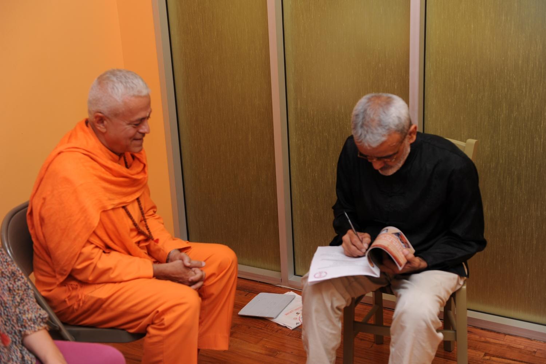 Meeting of H.H. Jagat Guru Amrta Sūryānanda Mahā Rāja with Shrí Dharma Mittra - Dharma Mittra Áshrama, New York - 2012, September
