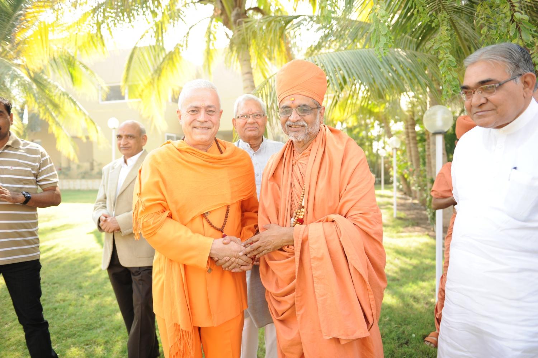 H.H. Jagat Guru Amrta Sūryānanda Mahā Rāja et H.H. Shastri Madhavapriyadas Jī, Président du Shrī Swami Narayan Gurukul Vishwavidya Pratishthanam
