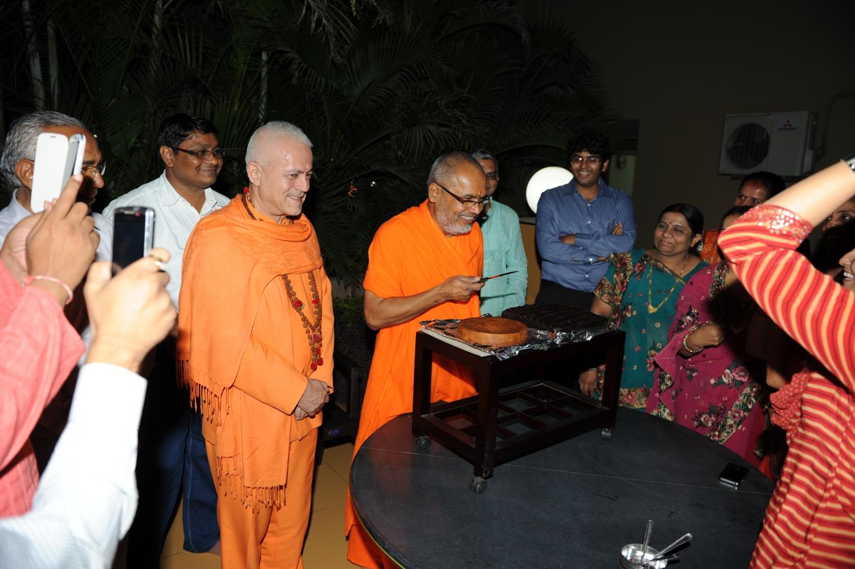 H.H. Jagat Guru Amrta Súryánanda Mahá Rája and H.H. Mahá Mandaleshvara Svámin Paramátmánanda Sarasvatí Mahá Rája - general secretary of the Hindu Dharma Achraya Sabha, on his birthday