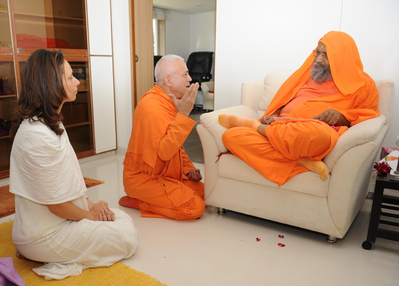 H.H. Jagat Guru Amrta Súryánanda Mahá Rája and H.H. Pujiya Svámin Dayánanda Sarasvatí
