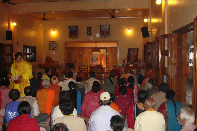 Rencontre de H.H. Jagat Guru Amrta Súryánanda Mahá Rája avec Svāmin Sūryaprakash - Bihar School of Yoga, Munger, Inde - 2010, Janvier