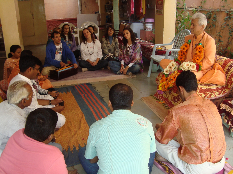 Meeting of H.H. Jagat Guru Amrta Súryánanda Mahá Rája with Dr. Jagadish Bhutada, Keivalyadhama Yoga Institute, Lonavala, India - 2009, December