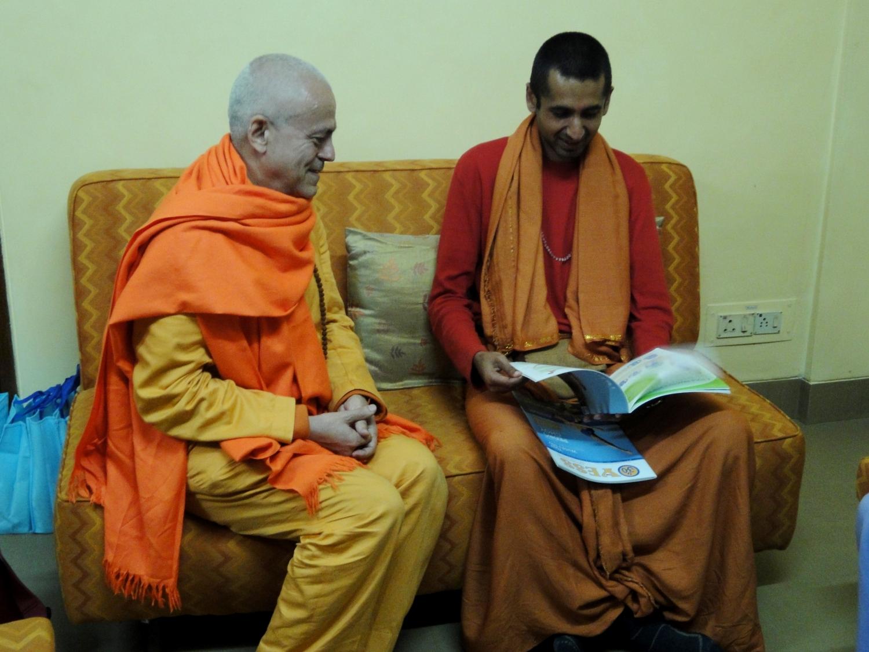 H.H. Jagat Guru Amrta Sūryānanda Mahā Rāja with Svámin Súryaprakash