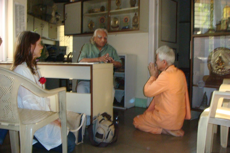 Meeting of H.H. Jagat Guru Amrta Súryánanda Mahá Rája with H.H. B.K.S. Iyengar Jí Mahá Rája  - Pune, Índia - 2009, December