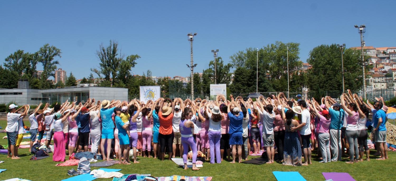 Accolade collective autour du Guru Jí H.H. Jagat Guru Amrta Súryánanda Mahá Rája / Gr. Maestro Internacional del Yoga Jorge Veiga e Castro