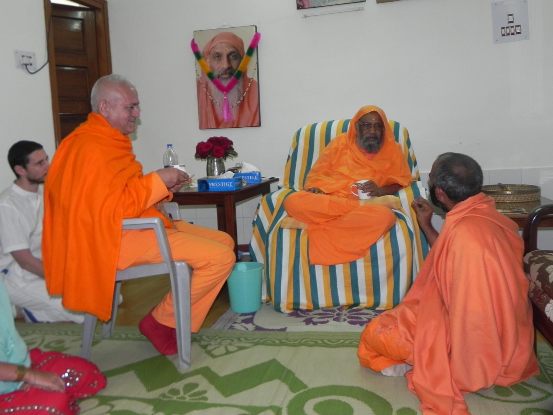 Rencontre de H.H. Jagat Guru Amrta Sūryānanda Mahā Rāja avec H.H. Pujiya Svāmin Dayānanda Sarasvatī - rshikesh, Inde - 2013, mars