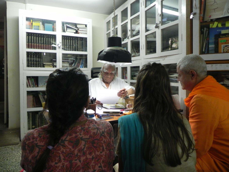 Encuento de H.H. Jagat Guru Amrta Súryánanda Mahá Rája con H.H. B.K.S. Iyengar Jí Mahá Rája  - Pune, India - 2011, octubre