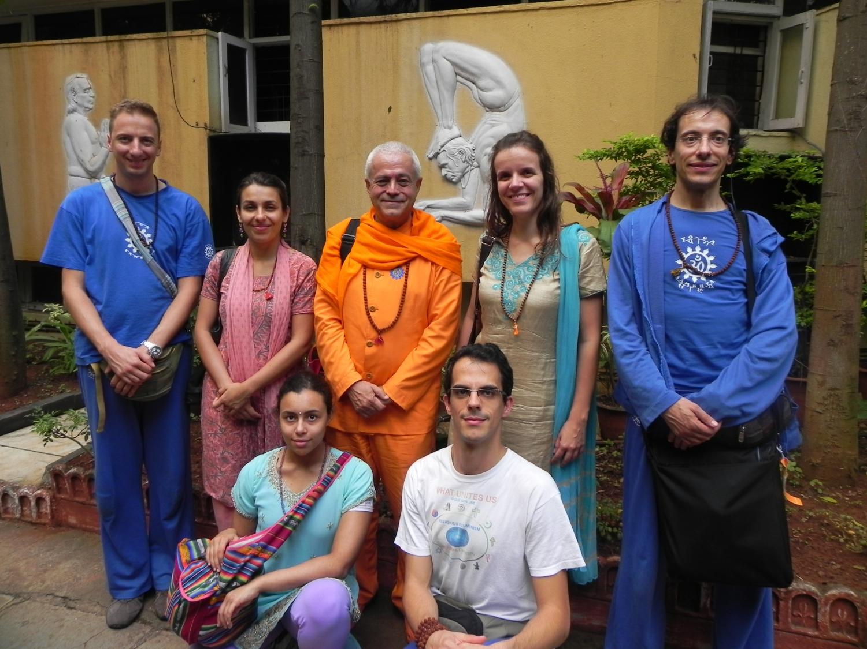 Rencontre de H.H. Jagat Guru Amrta Súryánanda Mahá Rája vec H.H. B.K.S. Iyengar Jī Mahā Rāja  - Pune, Inde - 2011, octobre