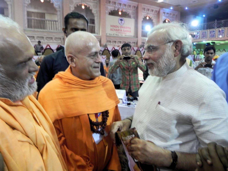 H. H. Jagat Guru Amrta Súryánanda Mahá Rája con Narendra Modi (deisgnado Primer Ministro de India en 2014)