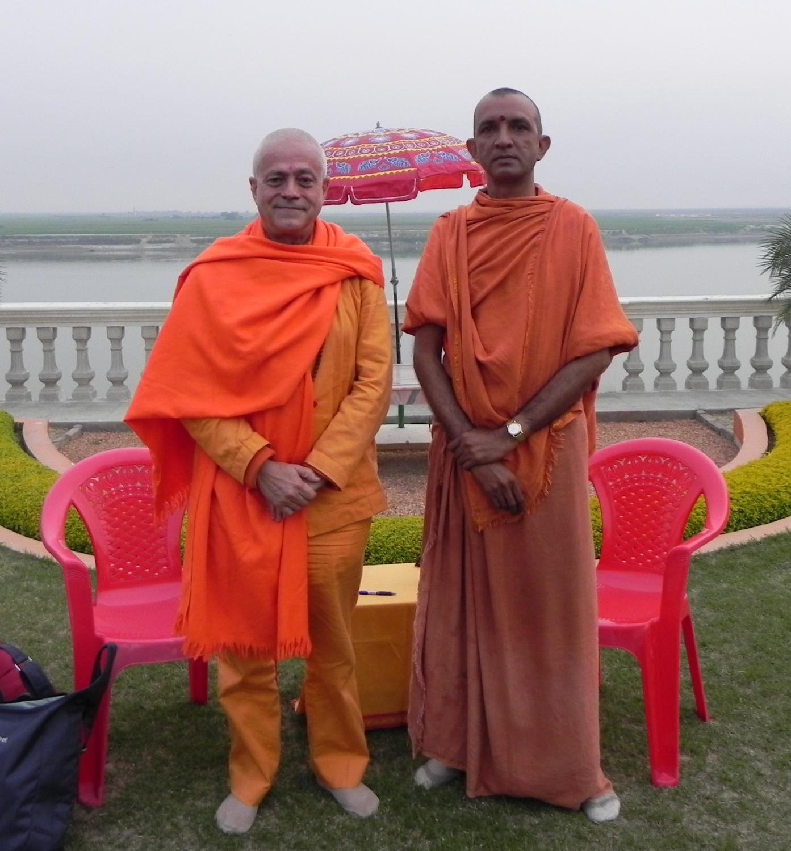 H.H. Jagat Guru Amrta Sūryānanda Mahā Rāja with Svámin Niranjanánanda