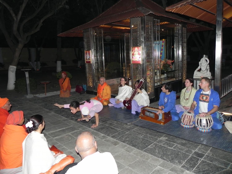 Meeting of H.H. Jagat Guru Amrta Sūryānanda Mahā Rāja with Svámin Súryaprakash and Svámin Niranjanánanda - Bihar School of Yoga, Munger, India – 2011