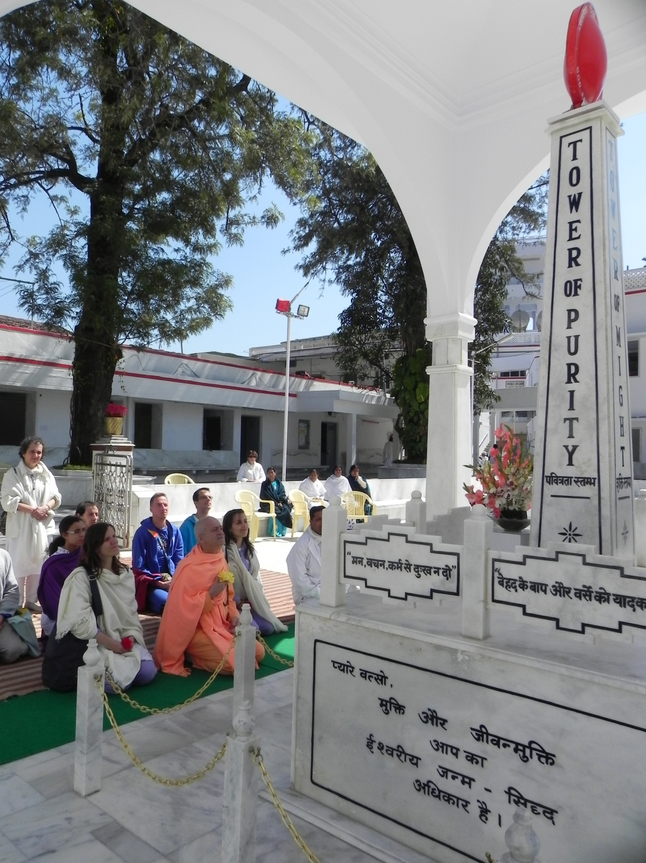 Meeting of H.H. Jagat Guru Amrta Sūryānanda Mahā Rāja with B.K. Dadi Janki - Brahma Kumaris, Mount Abu, India – 2011
