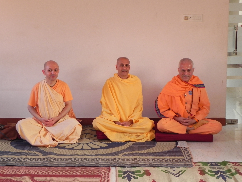 Rencontre de H.H. Jagat Guru Amrta Sūryānanda Mahā Rāja avec Svāmin Yadunandana et Svāmin Radhanath - ISKCON Hare Krshna - Māyāpur, India - 2011