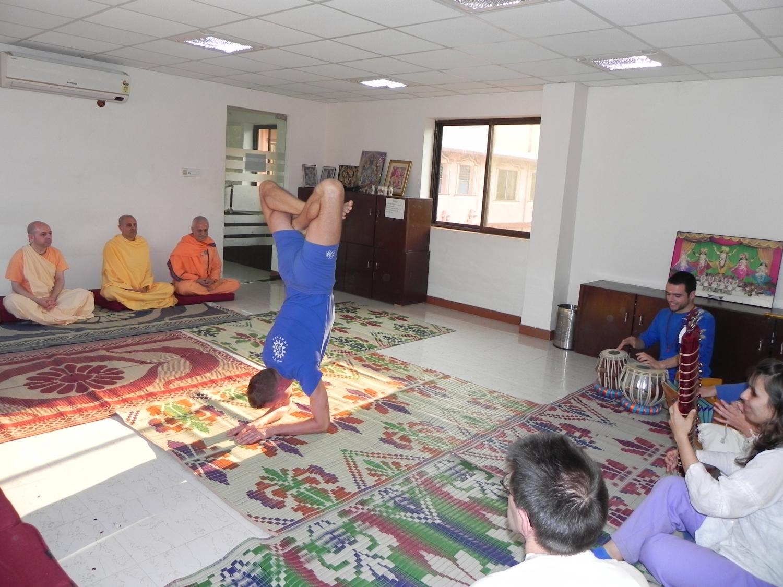 Encontro de H.H. Jagat Guru Amrta Sūryānanda Mahā Rāja com Svámin Yadunandana e Svámin Radhanath - ISKCON Hare Krshna - Máyápur, Índia – 2011