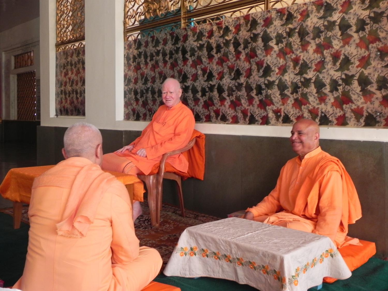 Encontro de H.H. Jagat Guru Amrta Súryánanda Mahá Rája com H.H. Svāmin Vimlānanda Sarasvatī Mahā Rāja - Shivānanda Āshrama, rshikesh, Índia - 2011, Outubro