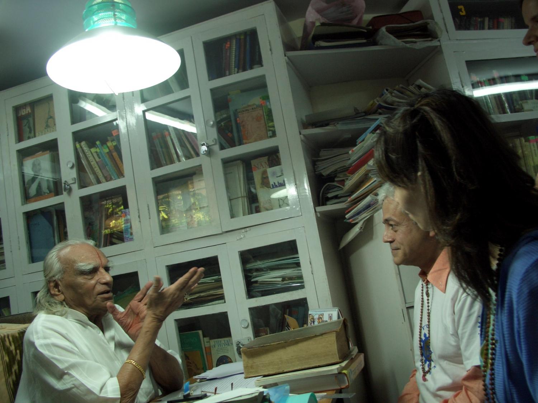 Meeting of H.H. Jagat Guru Amrta Súryánanda Mahá Rája with H.H. B.K.S. Iyengar Jí Mahá Rája  - Pune, India – 2008