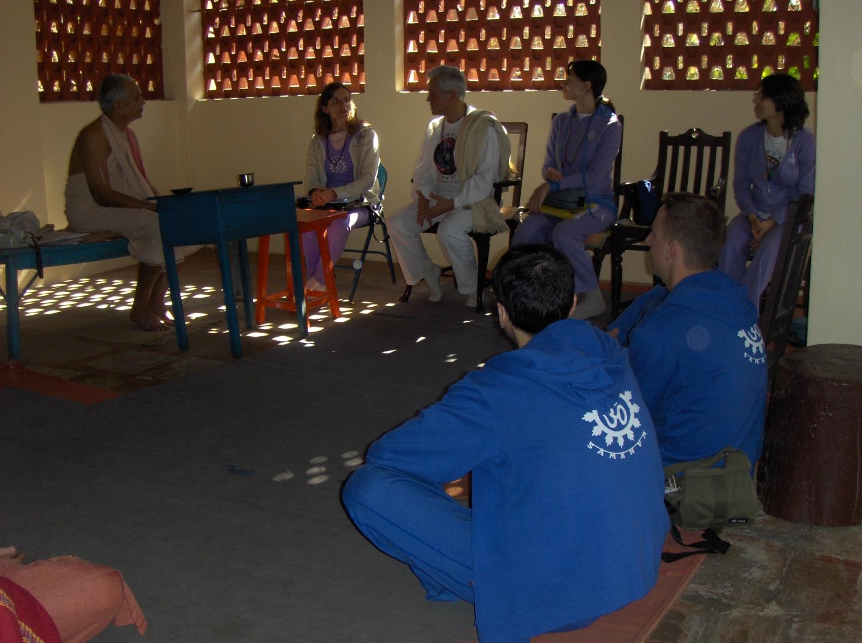 Meeting of H.H. Jagat Guru Amrta Súryánanda Mahá Rája with H.H. Shrí Svámin Maheshánanda Jí Mahá Rája - Keivalyadhama Yoga Institute, Lonavala, India – 2008