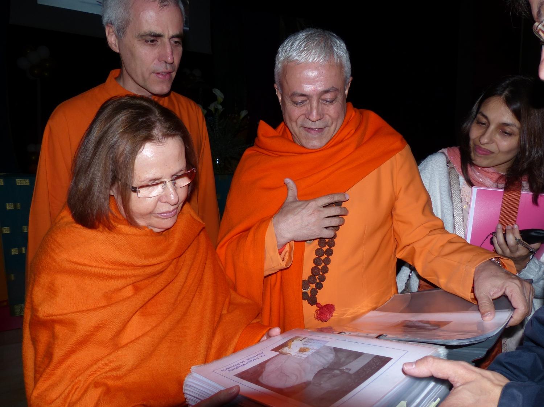 Encontro de H.H. Jagat Guru Amrta Sūryānanda Mahā Rāja com Swami Durgánanda, Directora dos Centro Shivánanda na Europa