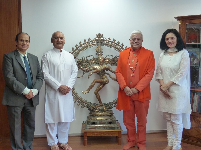 H.H. Jagat Guru Amrta Súryánanda Mahá Rájá, Sua Exa. Embaixadora da Índia na UNESCO Smt. Ruchira Kamboj e Sricharan Faeq Biria, Director do Centre de Yoga Iyengar de Paris